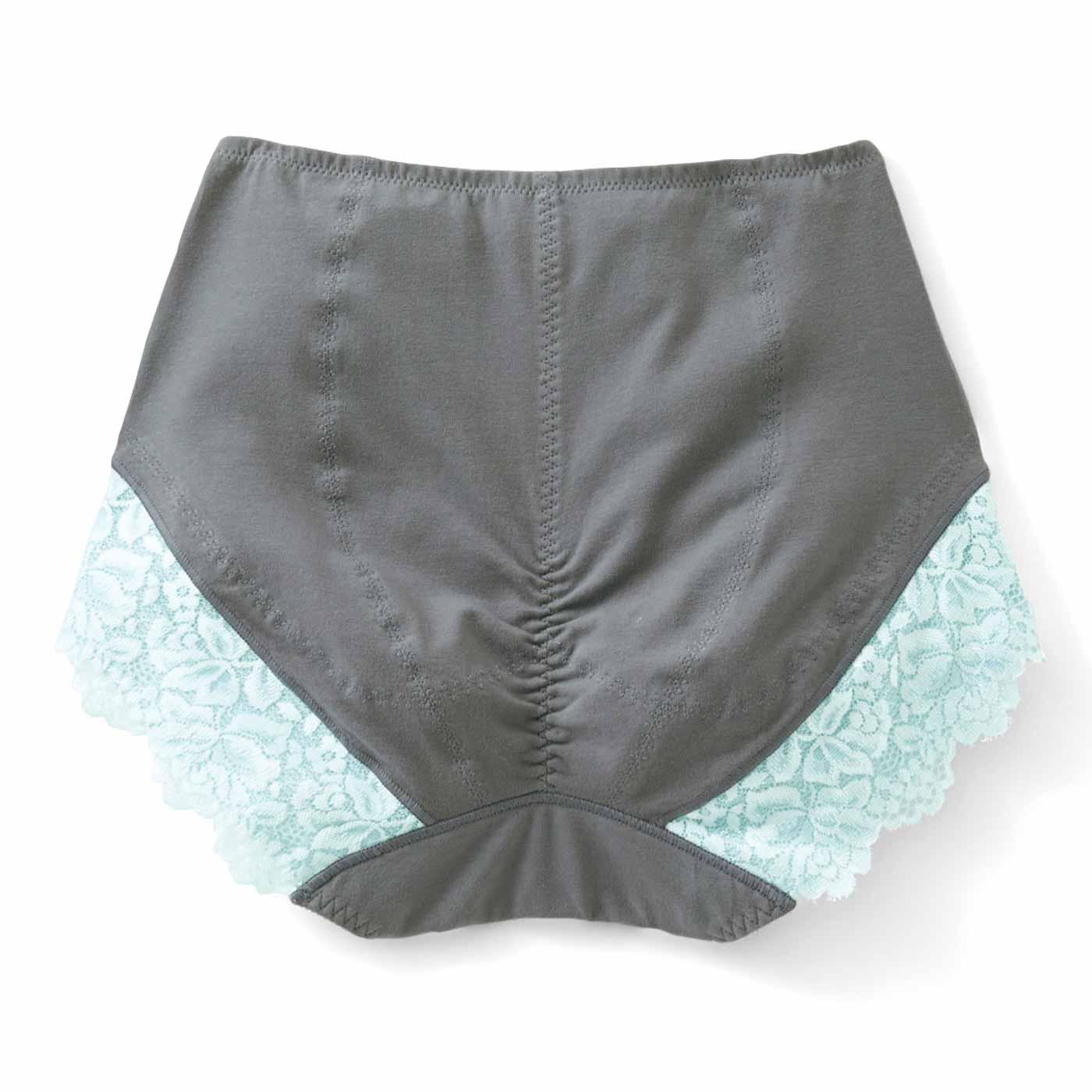 【背面/表】4枚の生地縫製で、お尻の形にそって包んで丸じりに。