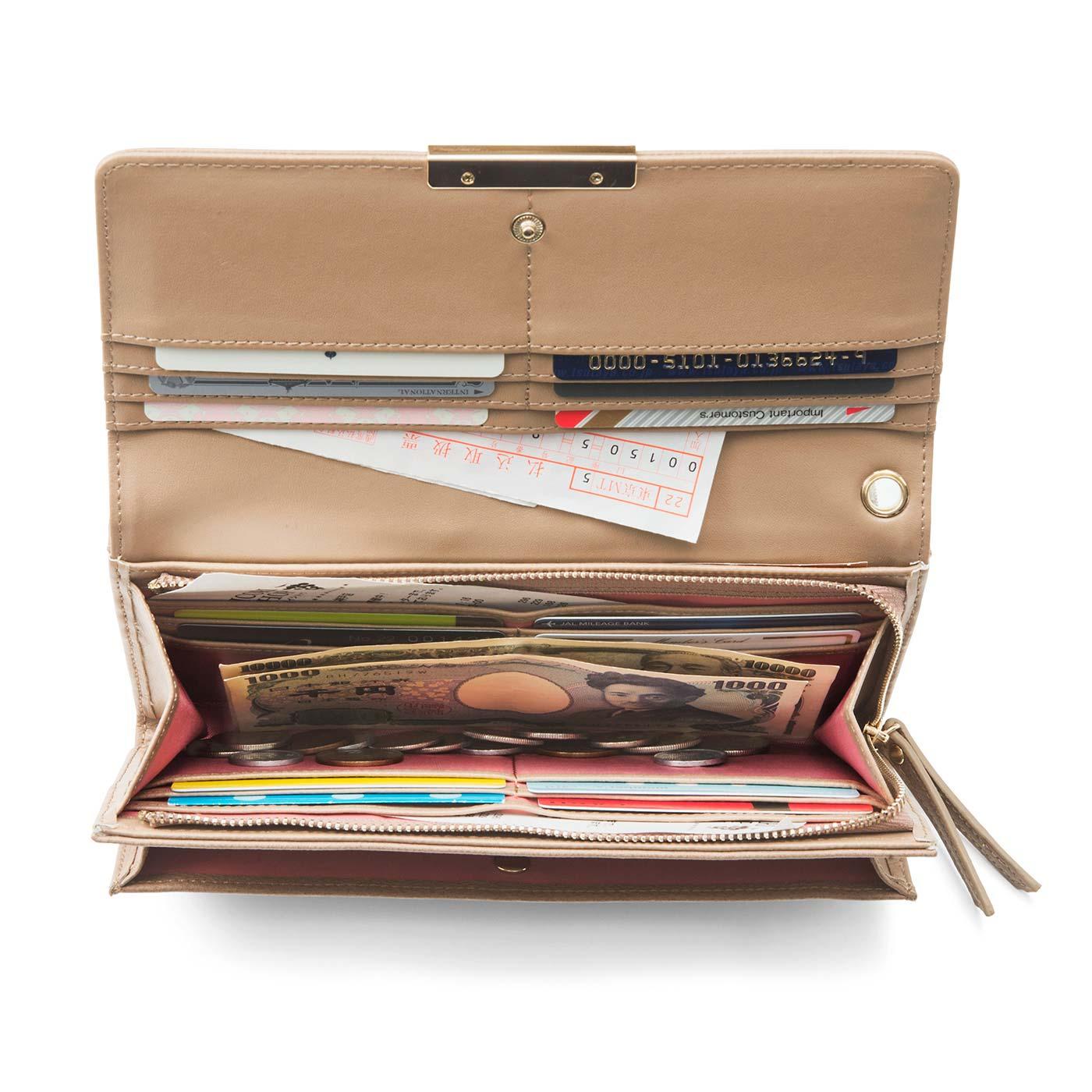〔ガバッと開いてたっぷり収納〕クラッチみたいな見た目に気分が上がるフラップ付き財布。ポイントカードや保険証、振込用紙や家計簿記入前のレシートなどを入れて。カードポケット14個、大ポケット4個、ファスナー外ポケット1個。チャームやストラップが取り付けられるハト目付き。