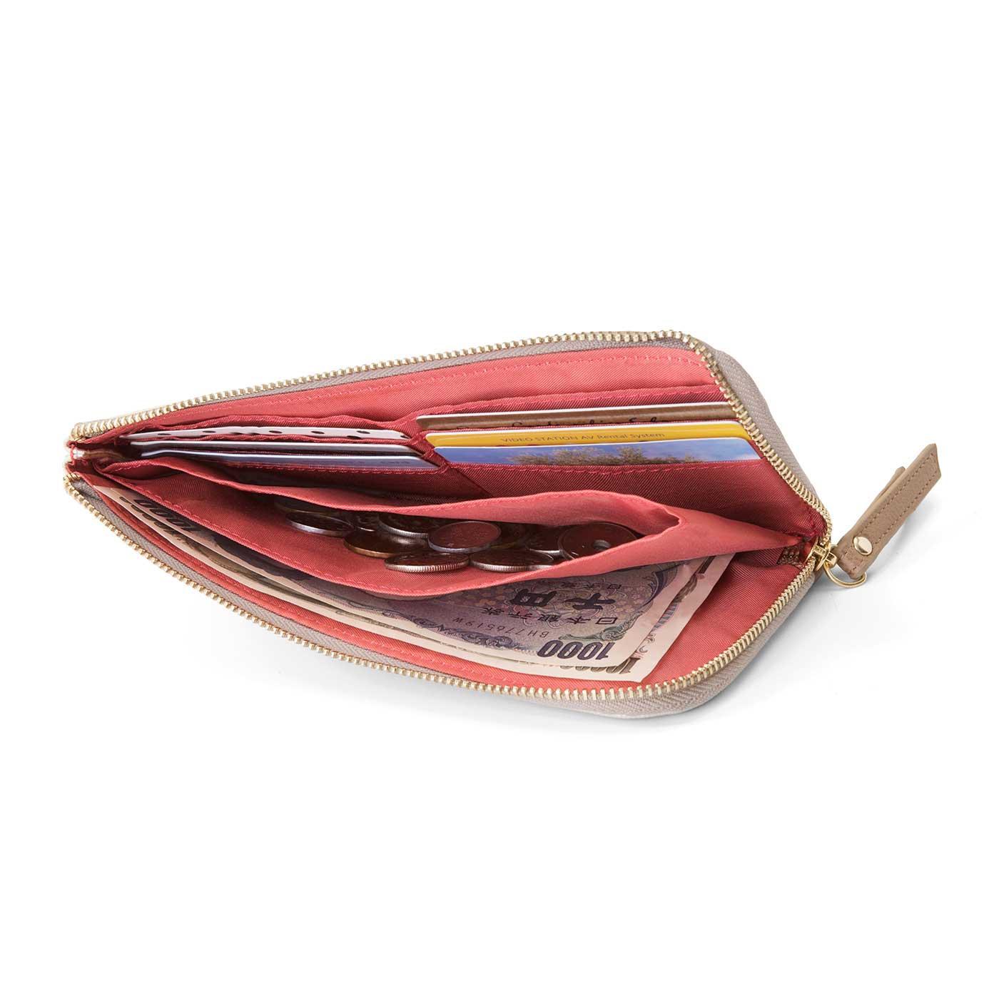 〔必要分をコンパクトに取り出して〕薄くてコンパクト、L字開きが便利なファスナー財布。メインのクレジットカードやすぐ使う現金などを入れて。カードポケット6個、大ポケット1個、小銭ポケット1個。
