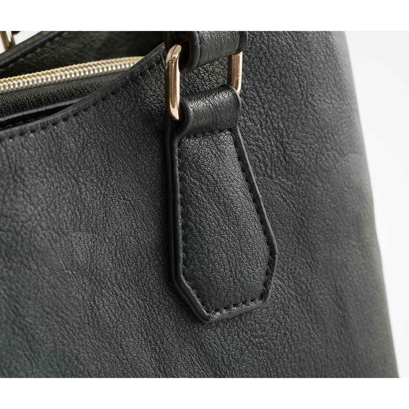 高級感のある厚めの合成皮革を使用。