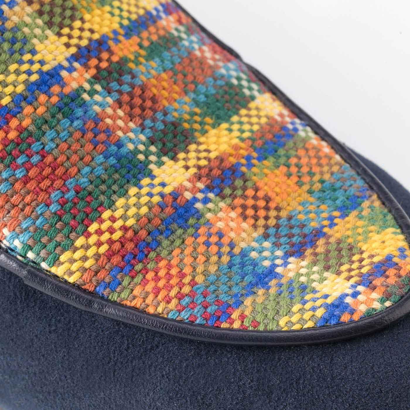 トレンド感たっぷりのスエード調素材にぬくもりのある「さをり織り」。手織りならではの味わいで足もとからパッと華やぎます。