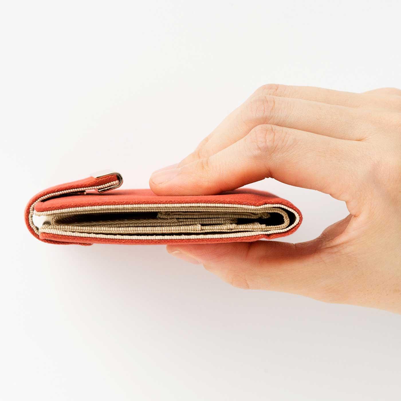〔こんなに薄い!〕クラッチバッグやミニバッグ、ボトムスのポケットにだってすっぽり入るサイズ。