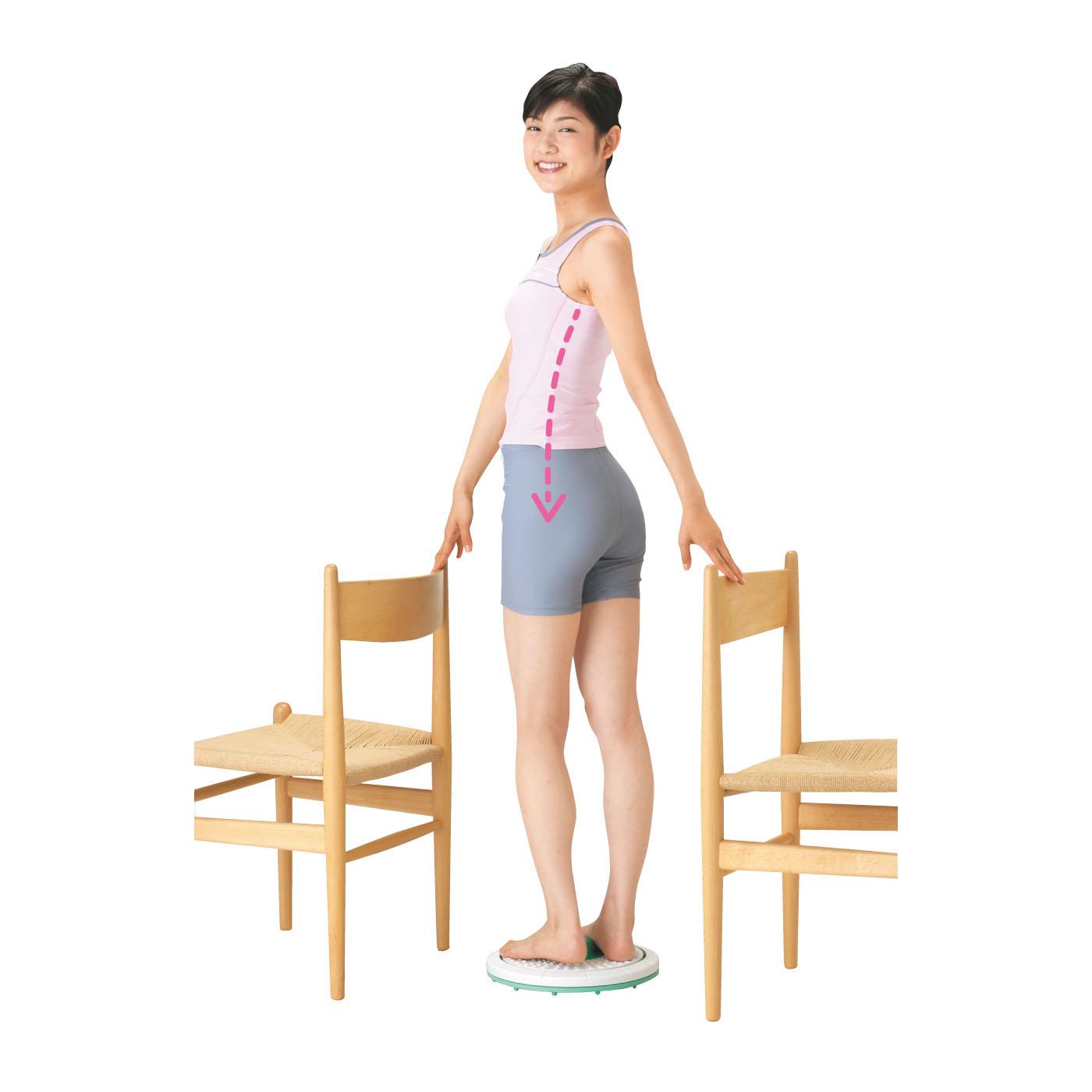 【背中からわき腹のストレッチ】いすの背もたれなどを使って、ゆっくりひねりながらストレッチ。