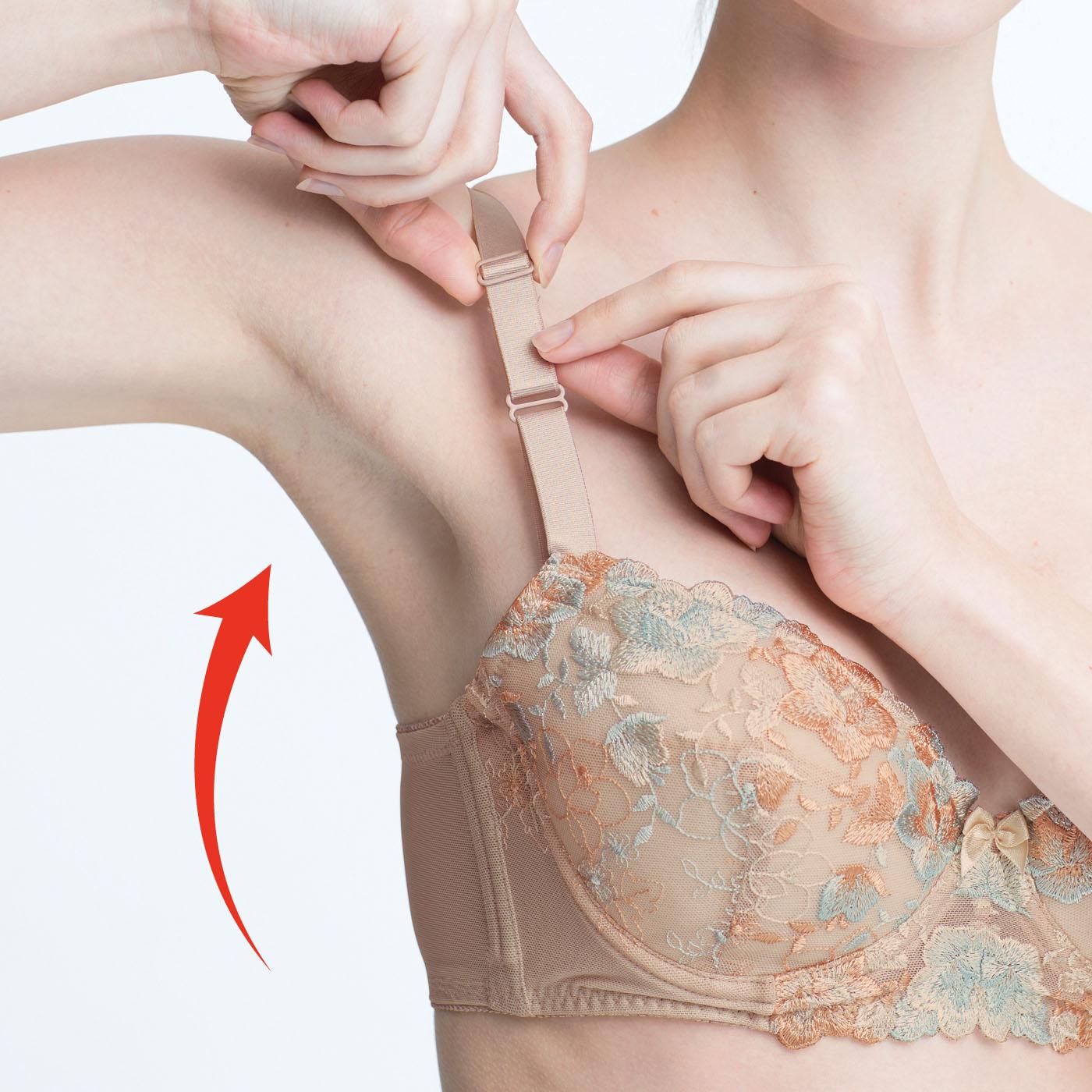 (1)2本のサイドボーンでお肉を横に逃さない。 (2)可動式パネルで動いてもずれずに高胸キープ。