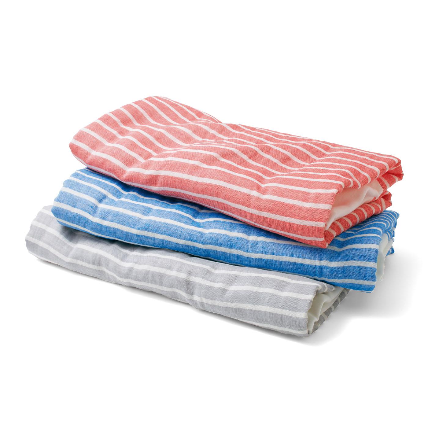 タオルよりも薄手で、たたむと四角く平らになるので、積み重ねて収納してもかさばりません。