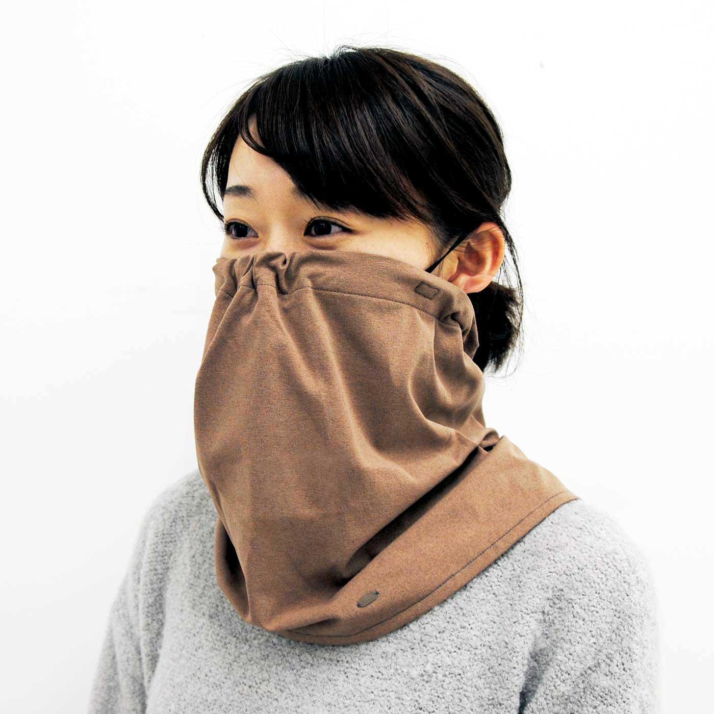 ゴムを耳に掛け、目の下まで引き上げてマスク使いに。 ※視界を遮る可能性があるため、運転中は必ず前側を引き下ろしてご使用ください。