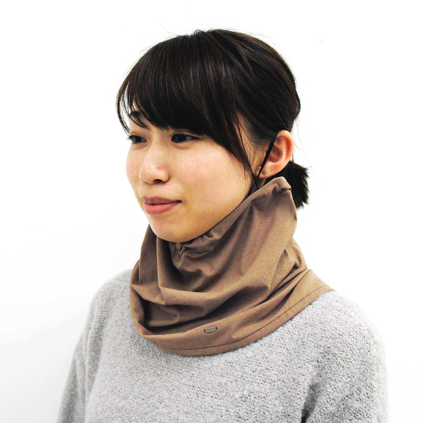 ゴムを耳に掛けたまま、前側を引き下ろせば、フェイスラインぎりぎりまで首への紫外線をガード。首もとまでカバーできます。