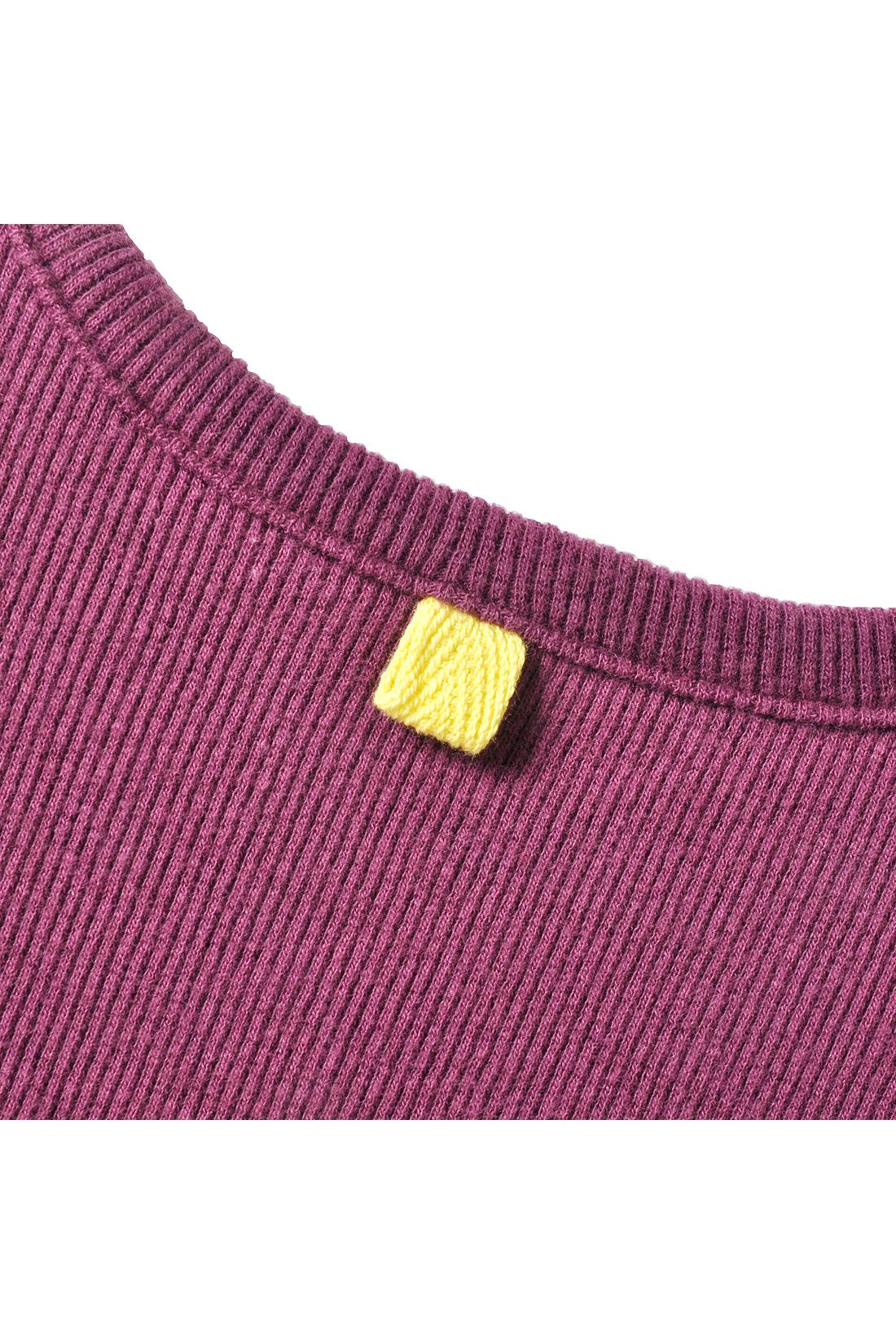 ネック部分の配色カラーが後ろ姿のアクセント。