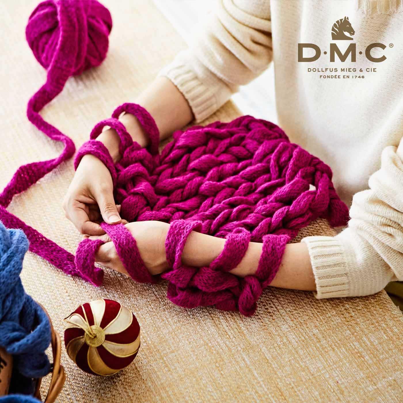 まるであやとりをするように、腕で編んでいきます。