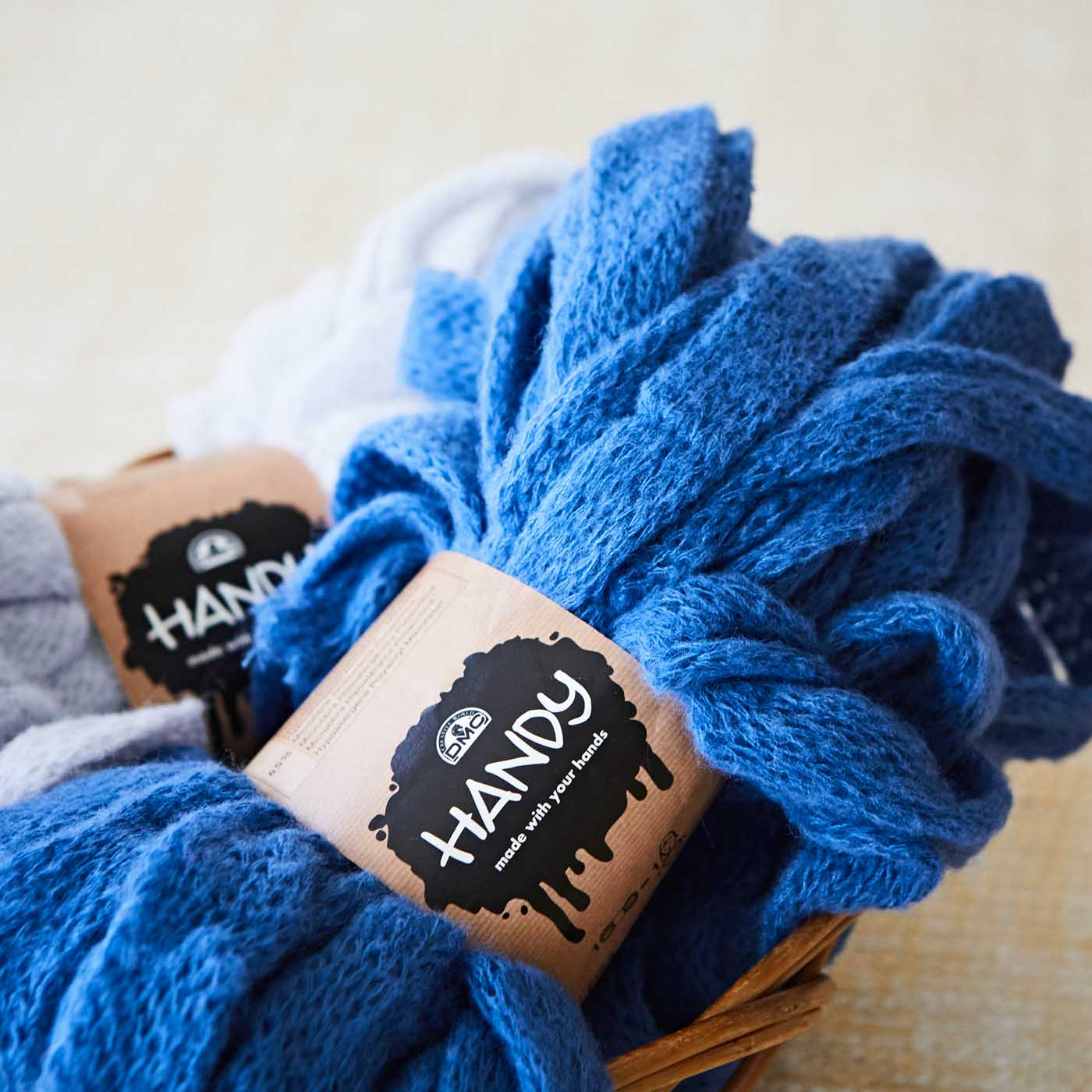 細い糸をチューブ状に編んだユニークな素材。空気を含んでふわっと軽く、あたたかい仕上がりに。