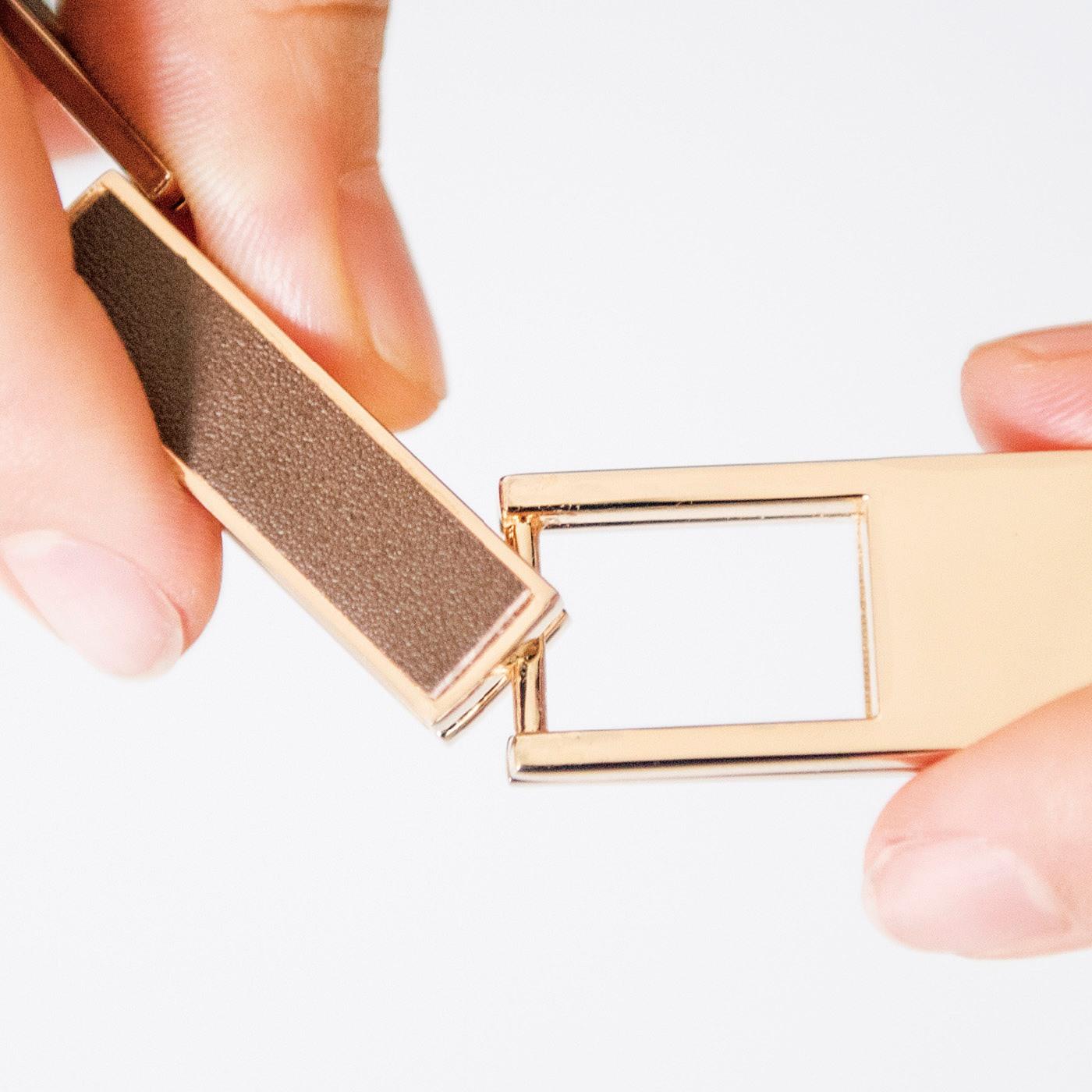 バックルの溝を金具に通してカチャッとはめます。