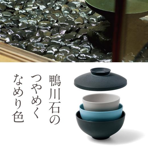 水盤の仏庭に敷き詰められた滑石(なめりいし)は、楽茶碗の釉薬に使う「加茂川石」。心をうつす鏡のように輝きます。(杉本家 仏間庭)