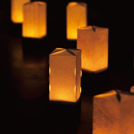 露地行灯のように、並べて楽しむ多灯づかいの提案。(杉本家 店庭)