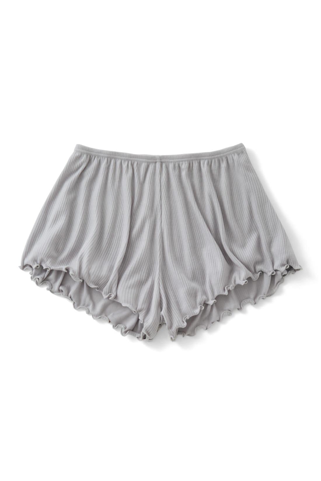 スカートのまとわりつきや下着の透けをガード。一枚でさらっと、お部屋着として活躍しても。