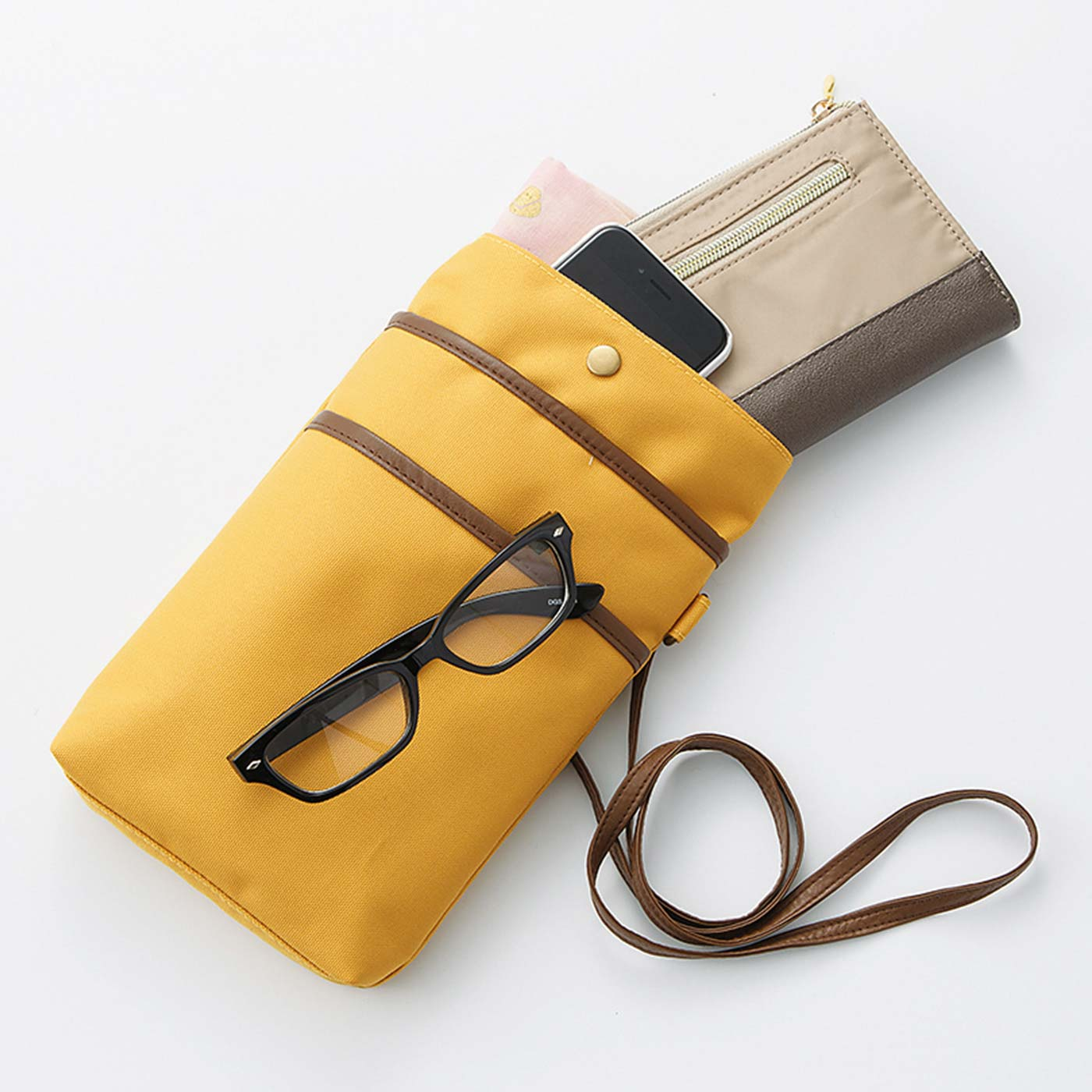 開口部の折り込み部分を伸ばすと、長財布も縦にすっぽり。