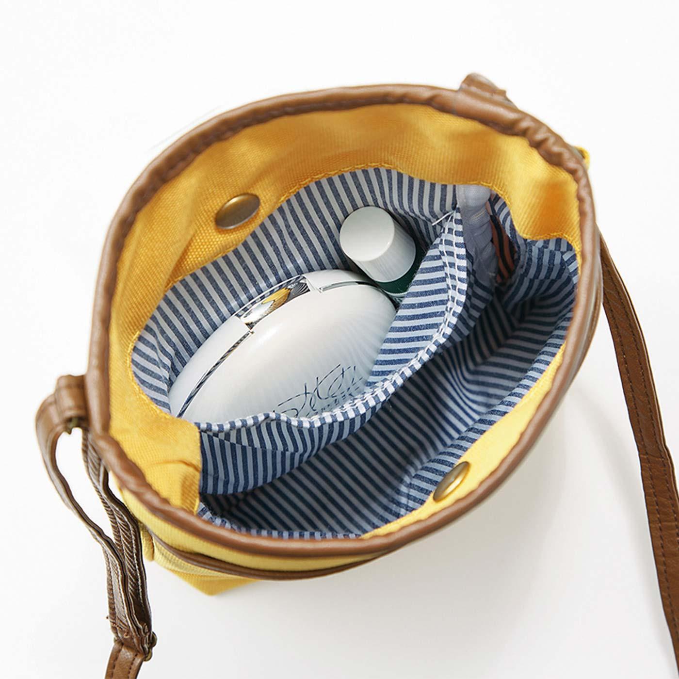 リップやコンパクトなどの小物が入れられる内ポケット付き。