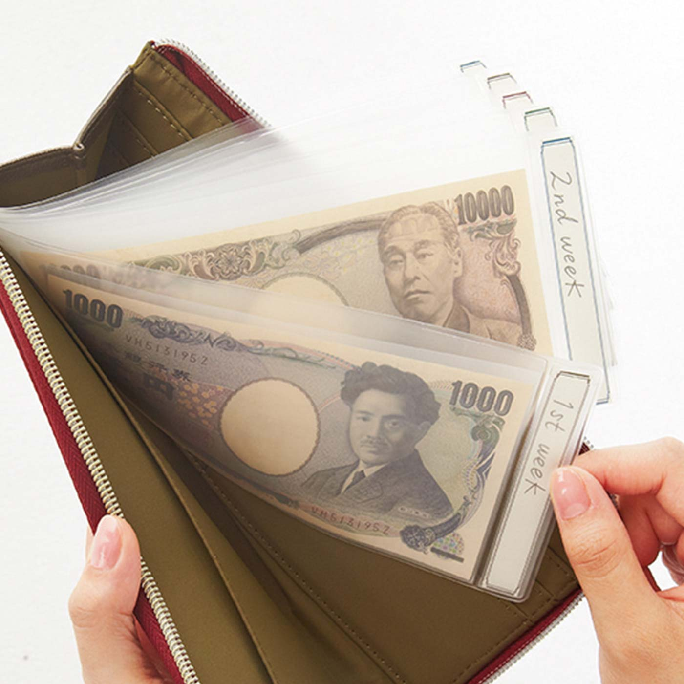 透明の小分けポケットなので残高も把握しやすく取り出しやすい。