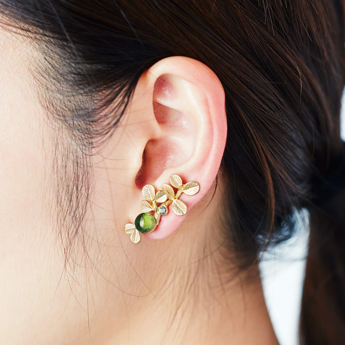 左耳は耳たぶを挟み込むだけの着脱簡単なクリップ式のイヤカフ。厚みも調節でき、気軽に着けられます。