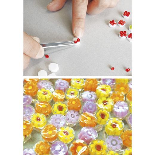 色版ガラスを小さく切って並べ、「ヒュージング」という手づくりガラスの技法で作っています。