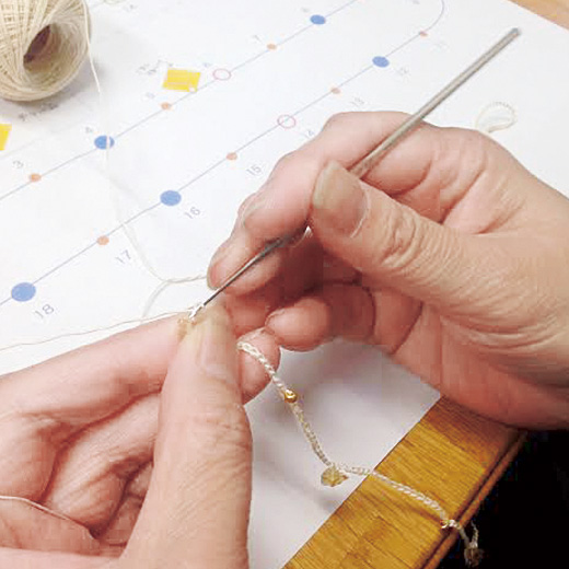 極細のかぎ編み針で天然石を繊細に編み込んでいます。
