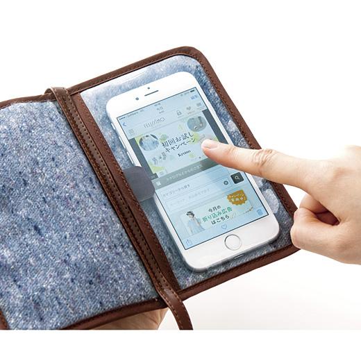画面5インチの大きめスマートフォンがすっぽり入るサイズ。入れたまま操作OK。