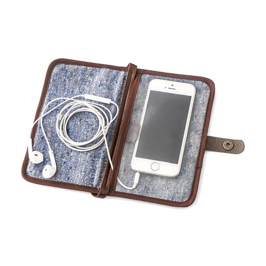 小さめのスマートフォンならイヤホンを付けたまま使用できます。