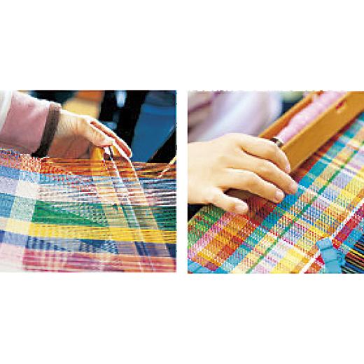 アトリエに並んだ多彩な色の糸から織り手の感性で選んだ糸で仕上げる「さをり織り」。チャレンジドの表現ステージとして注目されています。