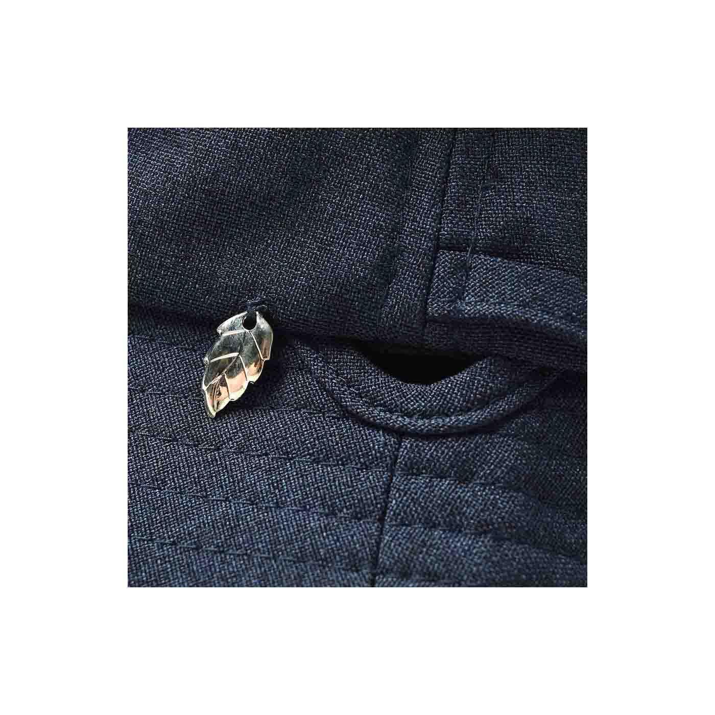 飾りひもをほどいて両サイドの穴に通し、首もとで結べる仕様にできます。