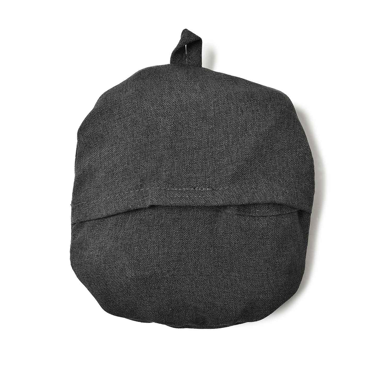 帽子を裏返したところにあるポケットに、折りたたんだつばを収納してコンパクトに。