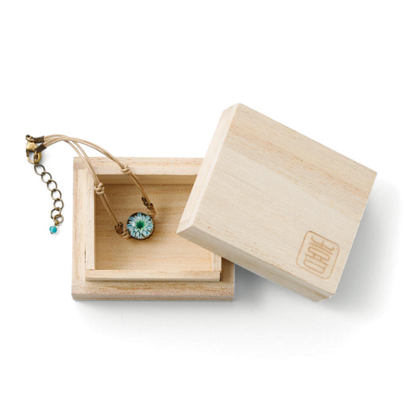 桐の箱に入れて、大切にお届けします。そのまま贈りものにするのもおすすめ。