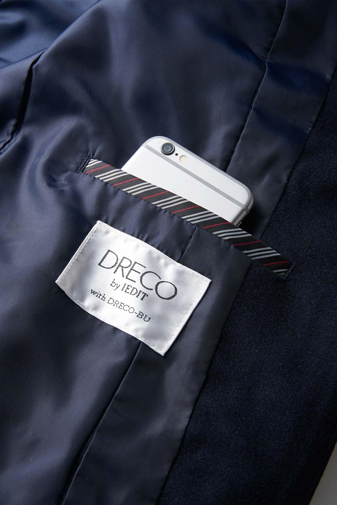 DRECOのオリジナルネームと内側のスマホポケット。ストライプの裏地がアクセントに。