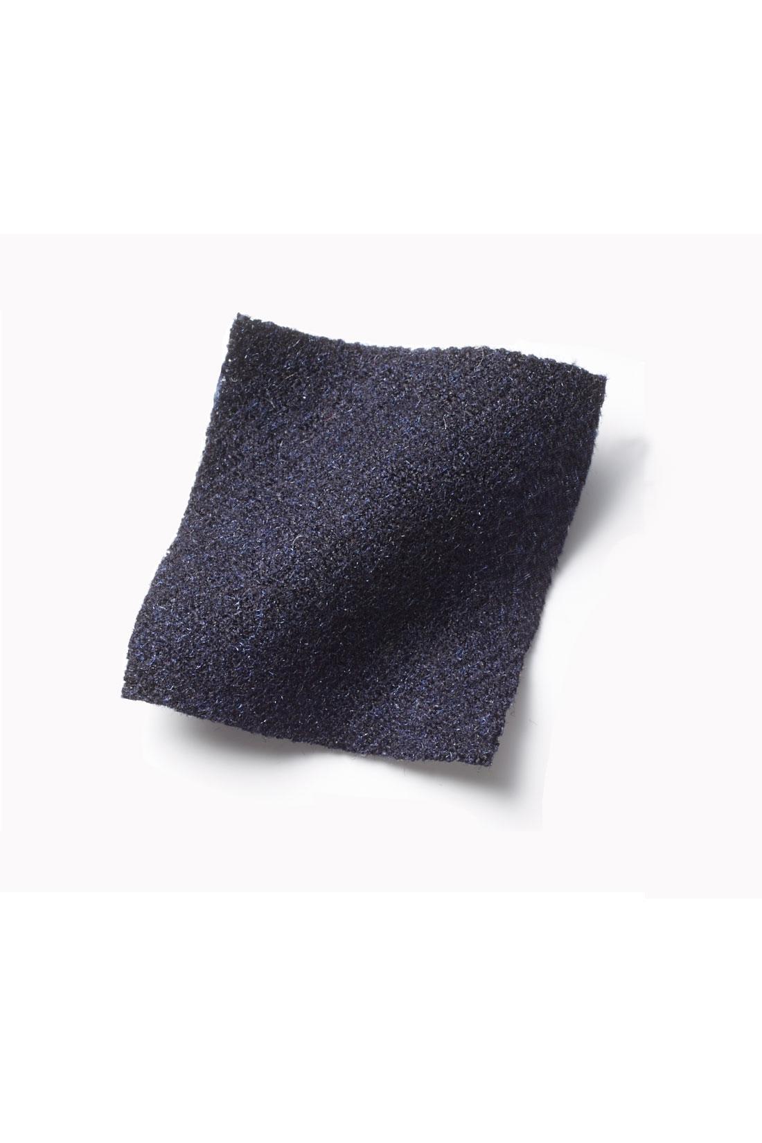ウールライクなポリエステル素材を採用。しわが気になりにくく、自宅で洗えるイージーケアが魅力です。