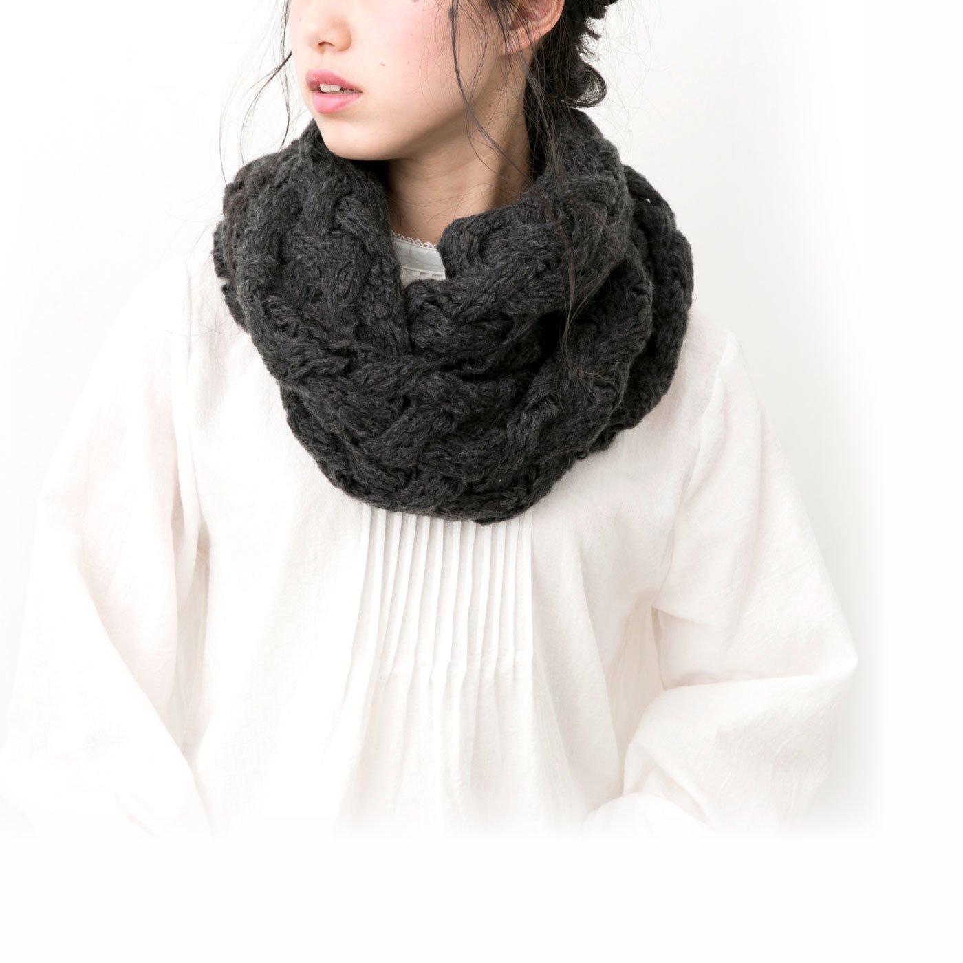 コーディネートのポイントに ざっくり編みスヌード