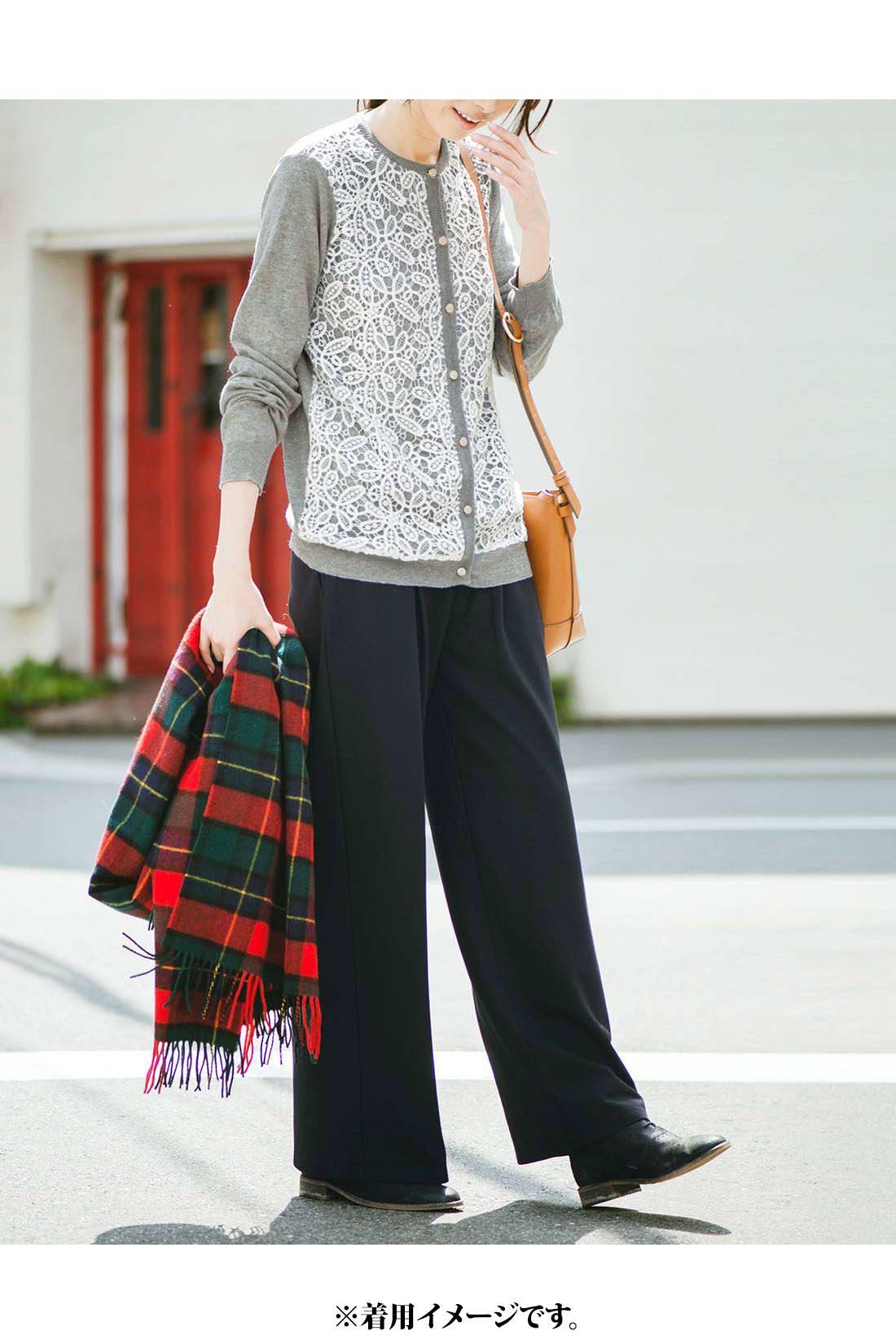 ボトムスを選ばないほどよい丈感でスカートにもパンツにも◎。ほどよいクルーネックで顔まわりすっきり。これは参考画像です。