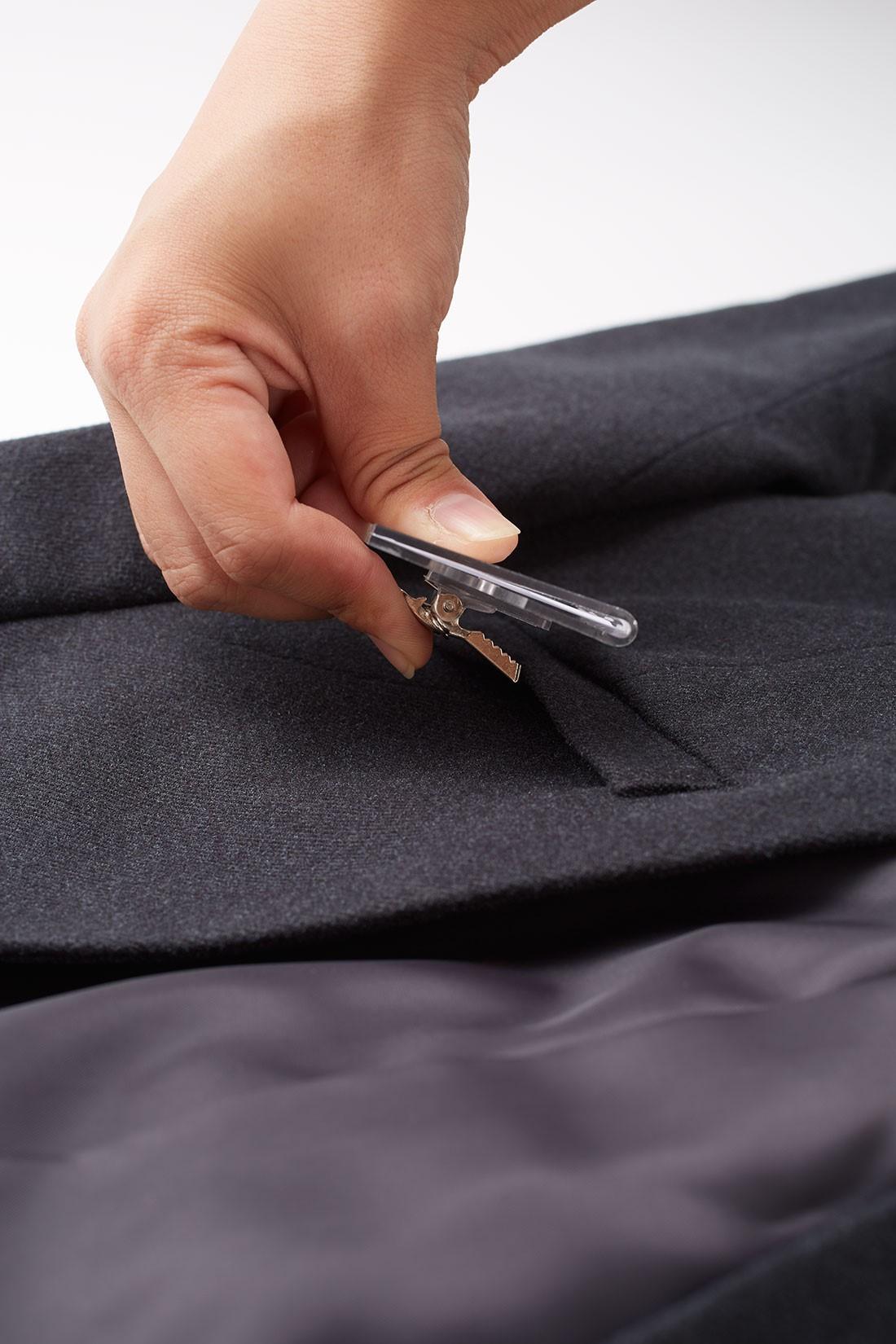 胸ポケットは社員証などを気軽につけられるデザイン。 ※お届けするカラーとは異なります。