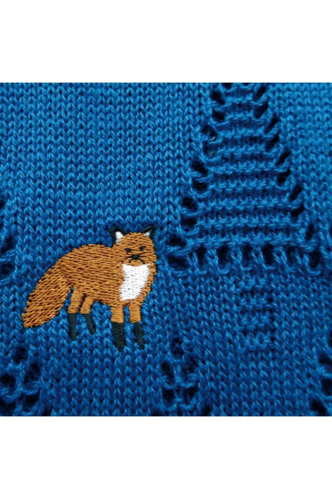 ■森の中に。 透かし編みの森の中に、刺しゅうのキツネさんがこんにちは。
