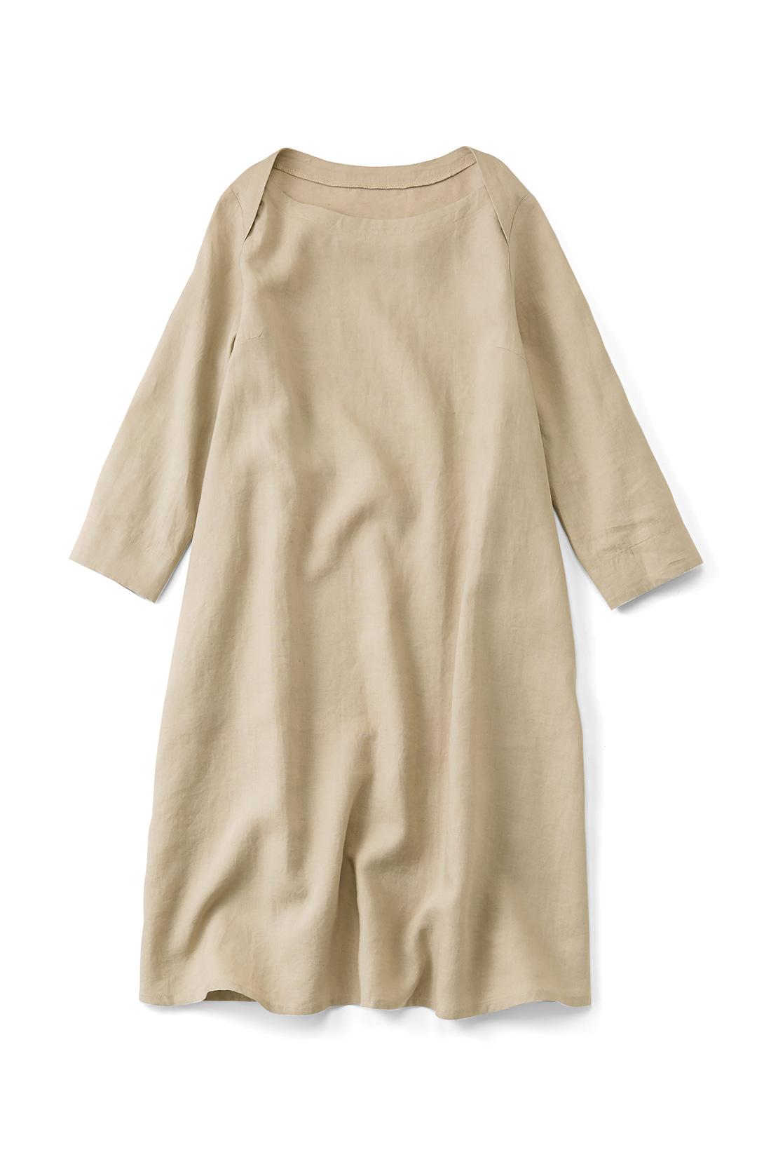 【ベージュ】肌寒い日はインに長袖Tシャツを着たり、秋冬はタートルで、とオールシーズン大活躍。衿ぐりのデザインも素敵でしょ。