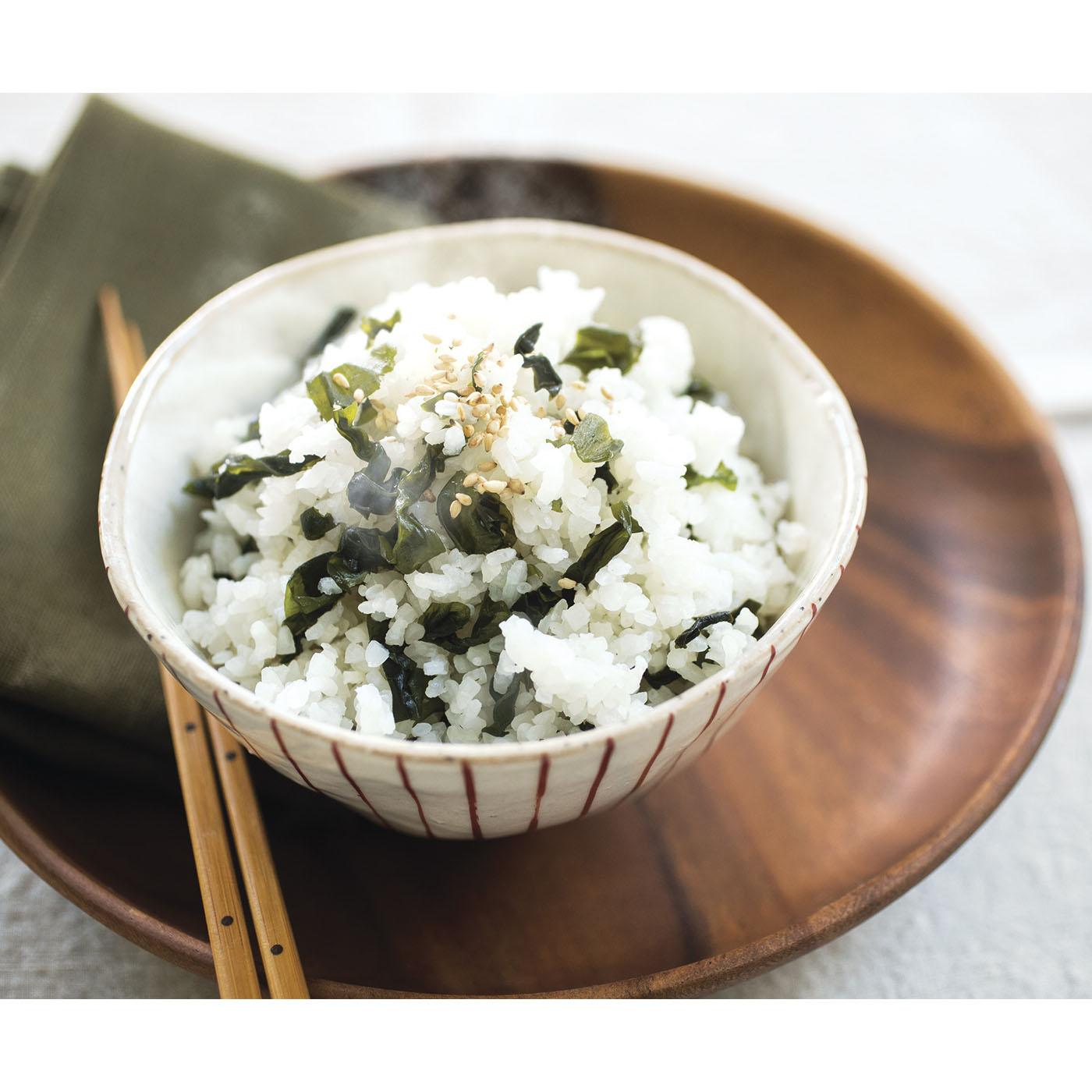 海の香りがほんのりただよう「わかめご飯」はアルファ化米。お湯を注いで15分、緊急時には水だけでも作れます。