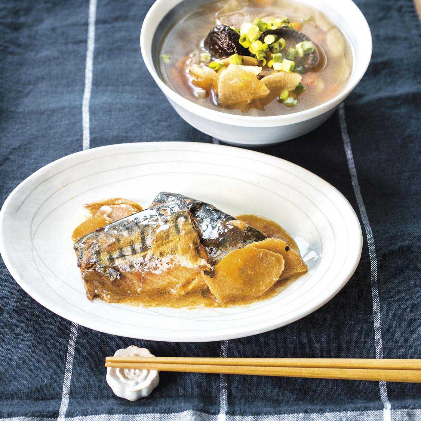 こんにゃく、しいたけ、にんじんの大きな具材に満足感いっぱいの「けんちん汁」。梅酢と生姜でさっぱり仕上げた「サバ味噌煮」は、ほっとする家庭の味です。