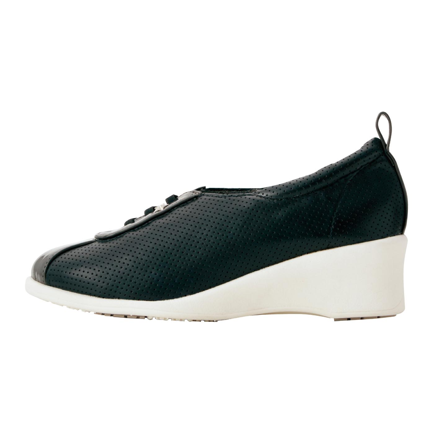 [ブラック・ホワイト共通]きれいな脚のラインをつくる約5cmのヒール。両足で約320g(Mサイズの場合)の軽量を実現。
