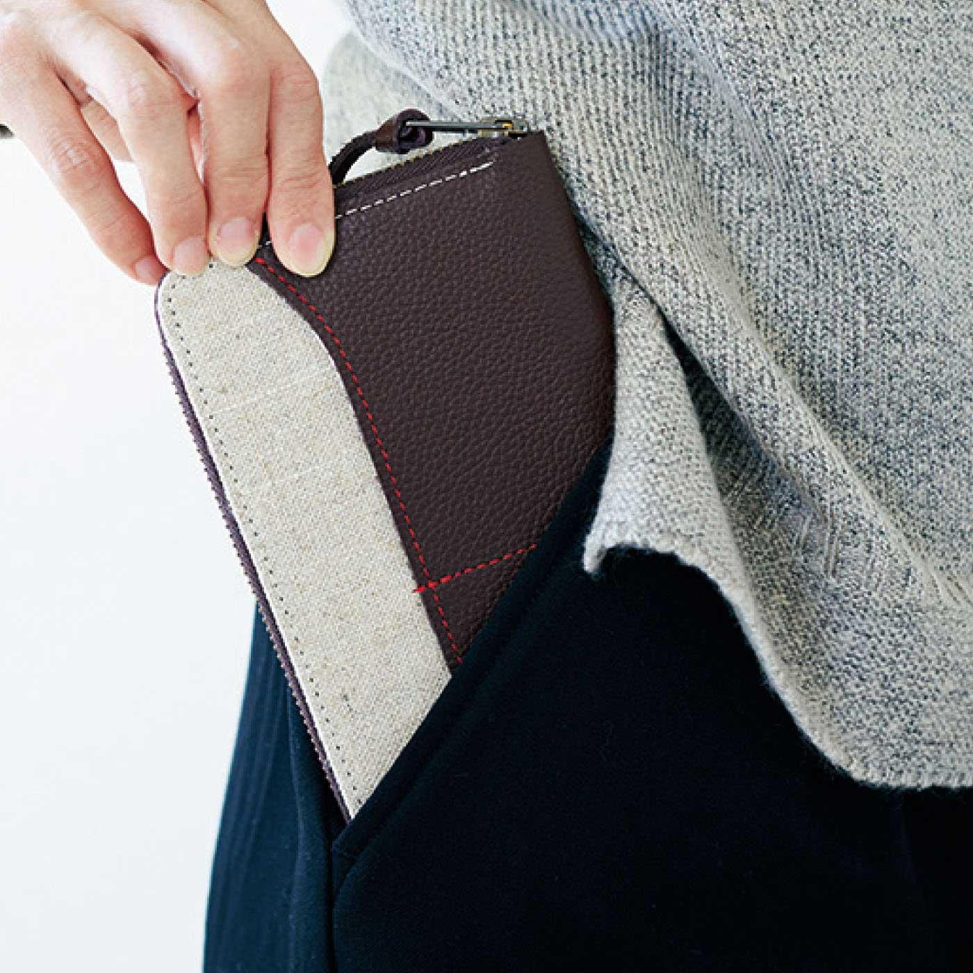 両サイドの大きなポケットは長財布も携帯電話もすっぽり。
