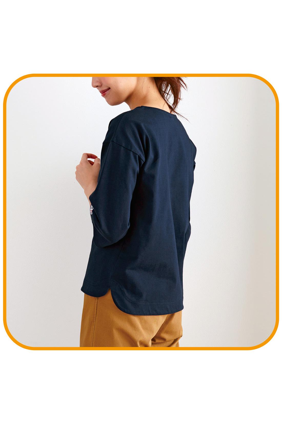 腰まわりをカバーできるよう、後ろは長め丈に。すそインが決まって、すそアウトでもおなかまわりにキレイに沿うラウンドスリットもこだわりポイント。 ※着用イメージです。お届けするカラーとは異なります。