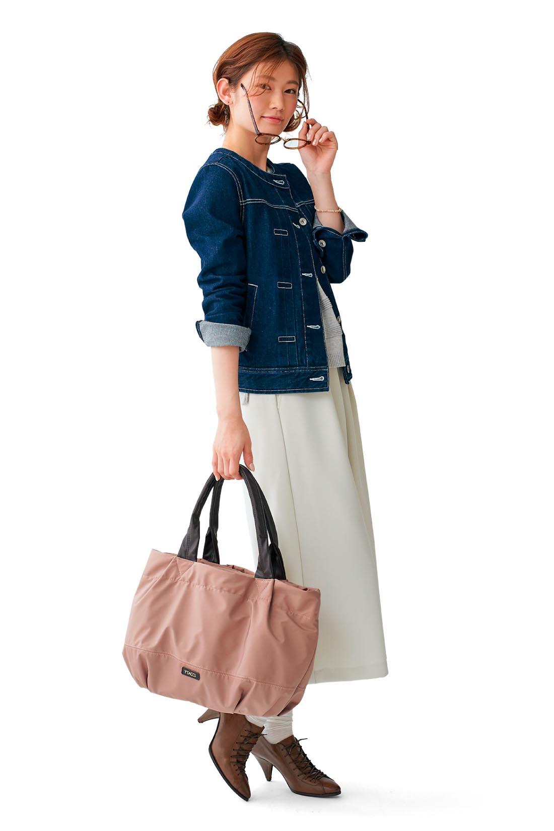 荷物の多い一泊出張にも 書類に着替え、メイク道具。働く女の必需品をサクッとまとめて、いざ出張!! ビジネスライクに寄りすぎない、ほの甘ベージュピンクが着こなしのポイントに。