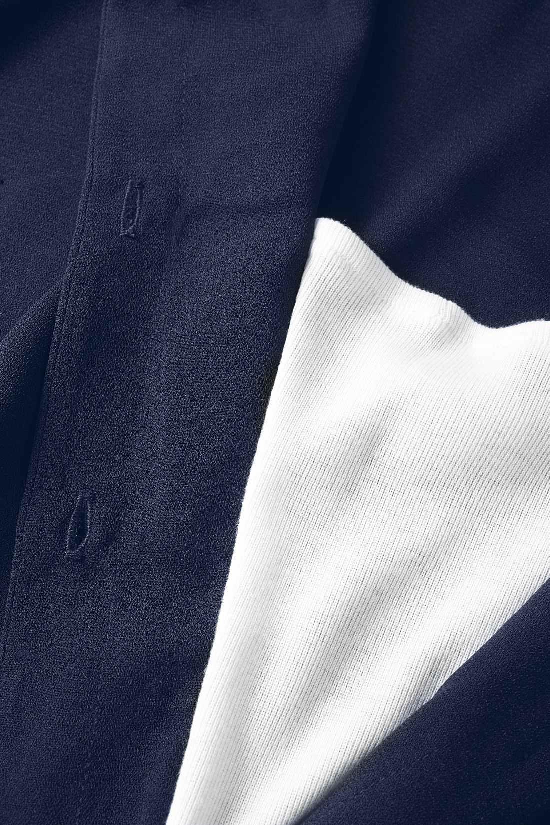 タンクトップとシャツを重ね着しているかのようなドッキングデザイン。胸当ての衿ぐりはゴム入りで、体にフィットして胸チラも気になりにくい仕様。※お届けするカラーとは異なります。