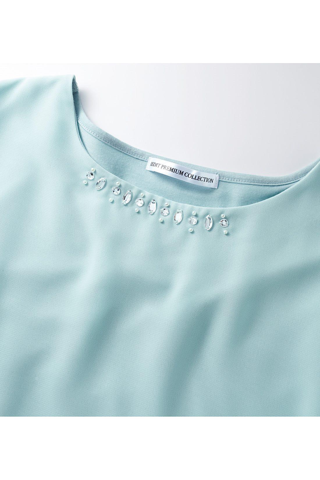 胸もとのビジューは、カーデやジャケットをはおっても邪魔にならないように配置。 ※お届けするカラーとは異なります。