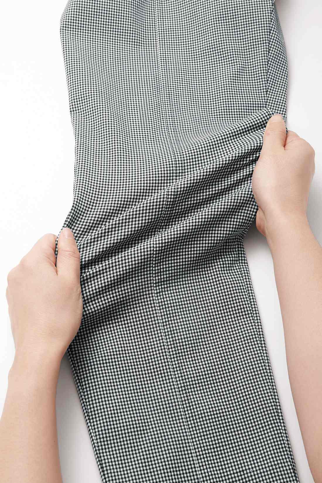 綿混とは思えないほどのスーパーストレッチ性の素材だから動きやすく一日快適。