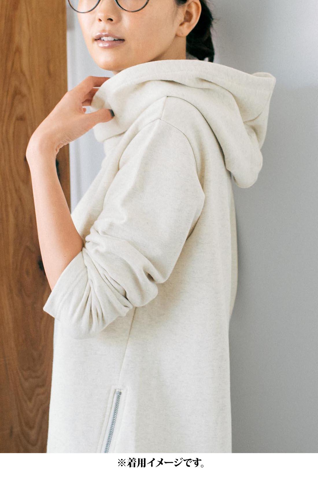 これは参考画像です。衿高+二枚仕立てフードのボリューム感が「着るだけで、おしゃれな印象」になれるポイント。小顔見え効果も。