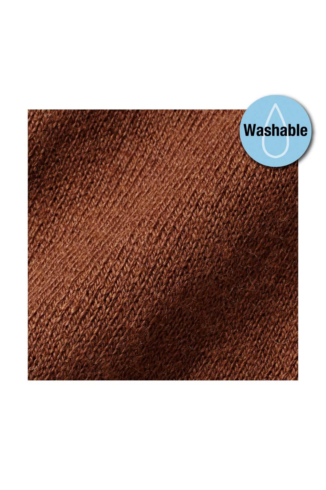 天然素材のコットンに贅沢にもカシミアを10%混紡した、やわらかな手ざわりの上質素材。細やかな編み目が上品な印象を放ちます。上質な素材ながら自宅で洗えるイージーケアでOK。