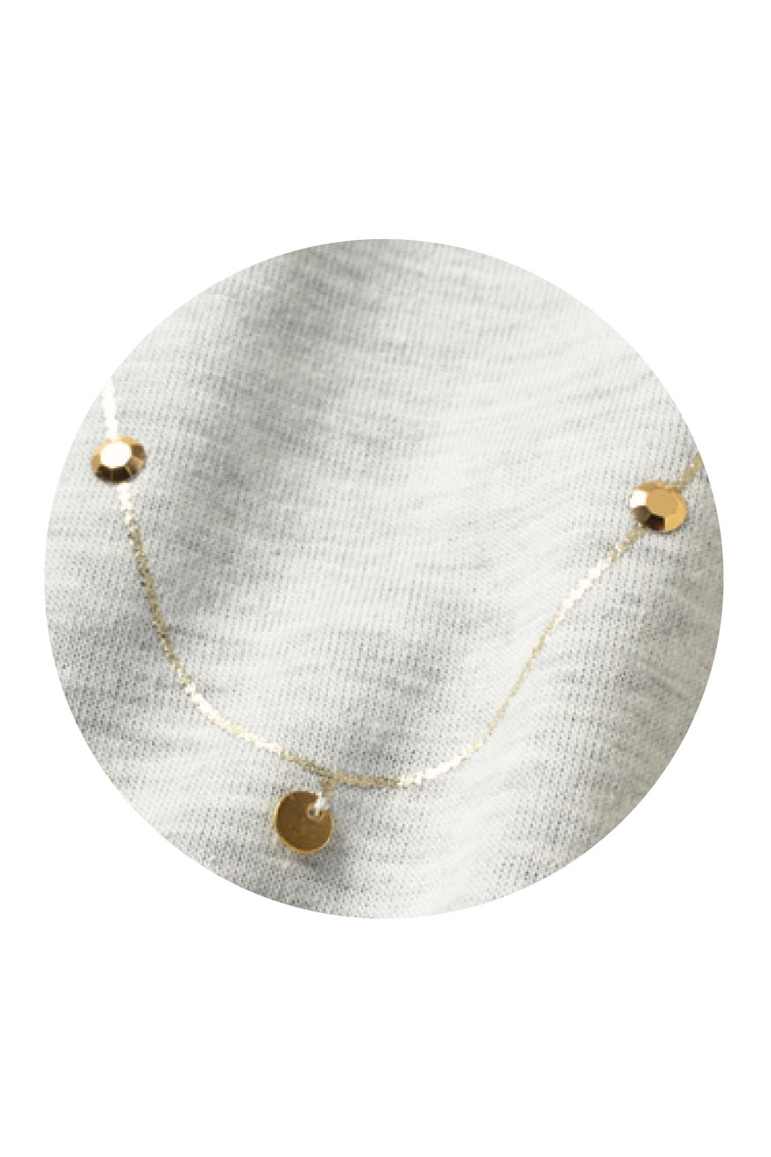 胸もとはスパンコールなどのモチーフと箔(はく)プリントの組み合わせが華やか。アクセいらずで着映えます。