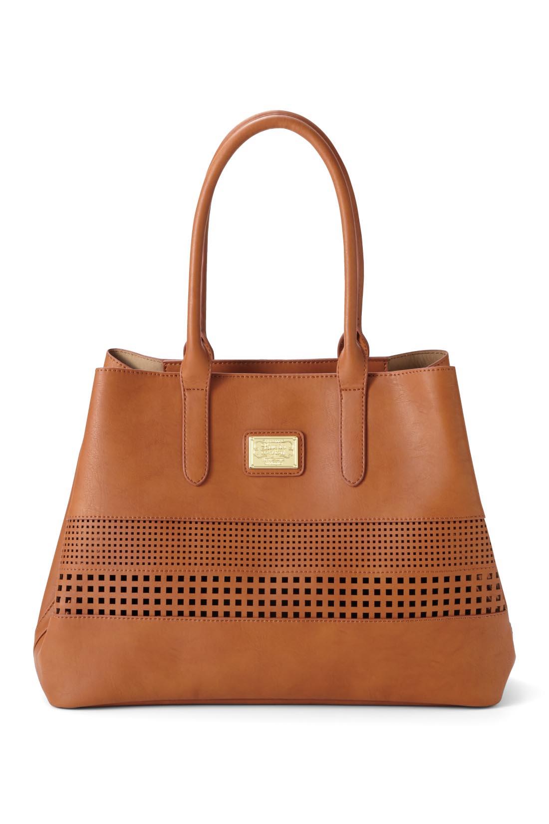バッグの内側はブリッジ付きでコーデや荷物に合わせてコンパクトなフォルムに変えられます。